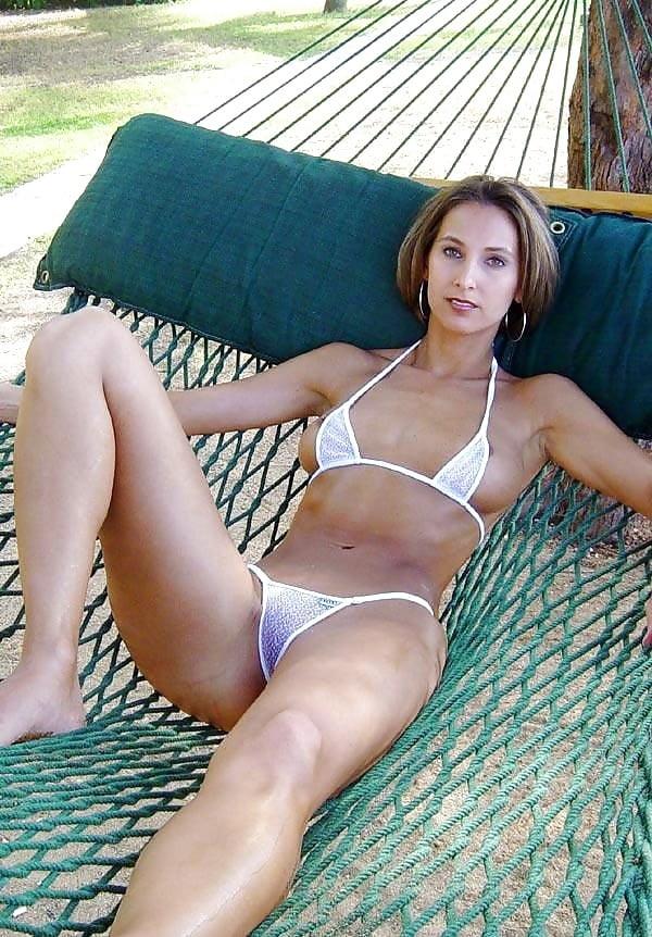 Hot babes in super sexy bikinis